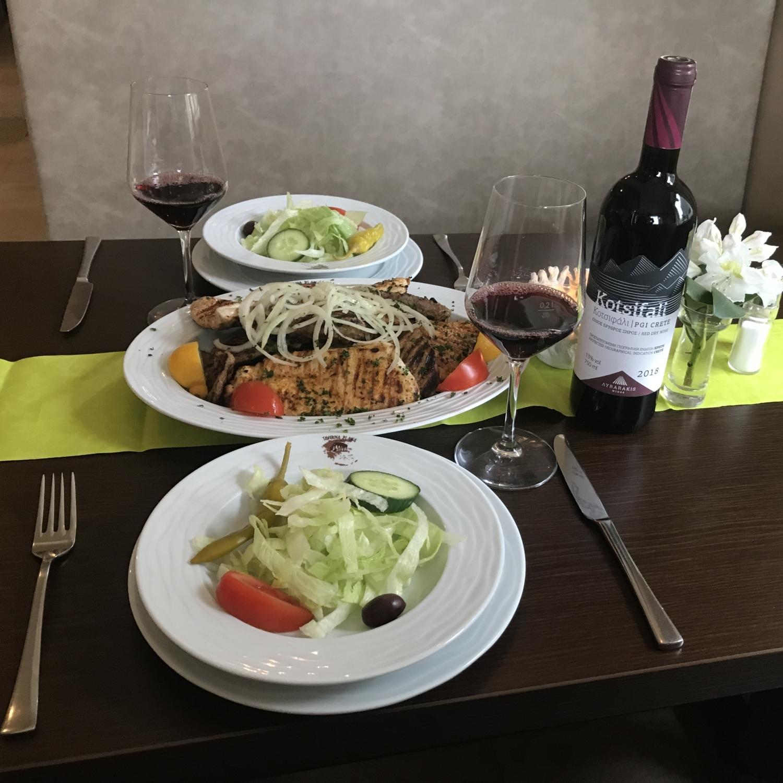 Grieche-Wedel-Taverna-Plaka-Pana-Dannys-Spezialplatte-mit-Rotwein